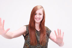 Menina bonita que sorri mostrando as palmas Imagens de Stock Royalty Free