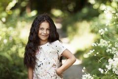 Menina bonita que sorri no parque Fotos de Stock Royalty Free