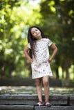 Menina bonita que sorri no parque Imagens de Stock Royalty Free