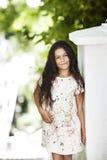 Menina bonita que sorri no parque Fotos de Stock