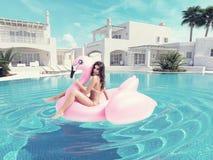 Menina bonita que tem o divertimento com o flutuador cor-de-rosa do flamingo rendição 3d Fotografia de Stock Royalty Free