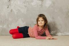 Menina bonita que tem o divertimento em casa Jogo velho de cinco anos da menina em casa imagens de stock royalty free