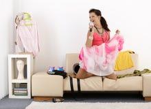 Menina bonita que tem o divertimento em casa rir fotografia de stock royalty free