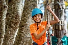 Menina bonita que tem o divertimento no parque da aventura, Montenegro Imagem de Stock Royalty Free