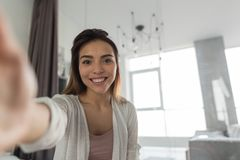 Menina bonita que toma a foto do retrato de Selfie no quarto na manhã Fotos de Stock