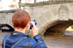 Menina bonita que toma imagens da paisagem do outono fotografia de stock