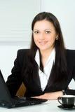 Menina bonita que trabalha no escritório Foto de Stock Royalty Free