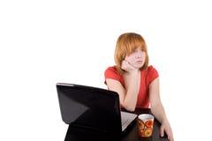 Menina bonita que trabalha no portátil Imagem de Stock Royalty Free