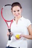 Menina bonita que vai para o tênis imagens de stock
