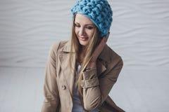 Menina bonita que veste o chapéu feito malha Fotos de Stock