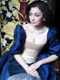 Menina bonita que veste um vestido medieval xvii foto de stock