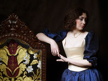 Menina bonita que veste um vestido medieval xvii fotografia de stock royalty free