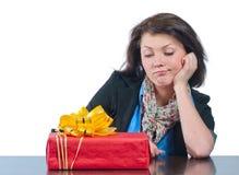 A menina bonita recebeu uma caixa com um presente Imagens de Stock