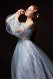 Menina bonita 'sexy' do ruivo com cabelo longo no algodão do vestido retro Retrato da mulher no fundo preto Olhos profundos Belez fotos de stock royalty free