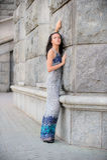 Menina bonita sobre a parede de pedra Imagem de Stock Royalty Free
