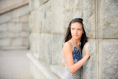 Menina bonita sobre a parede de pedra Fotografia de Stock