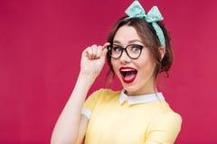 Menina bonita surpreendida do pinup que está com a boca aberta Imagem de Stock