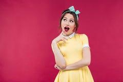 Menina bonita surpreendida do pinup que está com a boca aberta Imagens de Stock