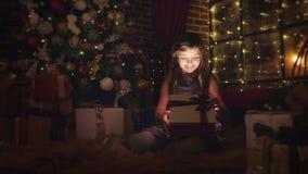 Menina bonita surpreendida por um presente do Natal vídeos de arquivo