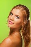 Menina bonita Tanned no verde imagem de stock