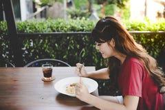 A menina bonita tem almoçar tempo no restaurante A mulher bonita de encantamento está apreciando a refeição Alimento atrativo do  foto de stock royalty free