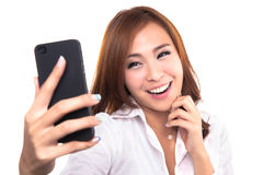 A menina bonita toma um autorretrato com seu telefone esperto Fotos de Stock
