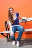 Menina bonita triste que senta-se em um banco, queixa, expressando a decepção imagens de stock royalty free