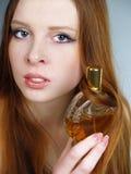 A menina bonita vermelha prende um frasco com espírito Imagem de Stock