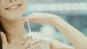A menina bonita veste a joia no banheiro video estoque