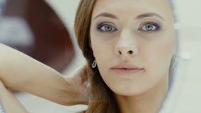 A menina bonita veste a joia no banheiro filme