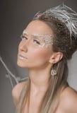 Menina bonita vestida como a imagem da rainha da neve Imagens de Stock Royalty Free