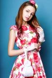 Menina bonito adolescente com o cabelo longo que levanta o retrato da natureza do estúdio Imagem de Stock