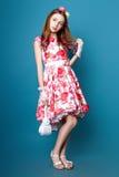 Menina bonito adolescente com o cabelo longo que levanta o retrato da natureza do estúdio Fotografia de Stock