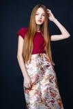 Menina bonito adolescente com o cabelo longo que levanta o retrato da natureza do estúdio Fotos de Stock Royalty Free