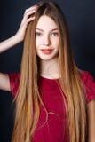 Menina bonito adolescente com o cabelo longo que levanta o retrato da natureza do estúdio Imagens de Stock Royalty Free