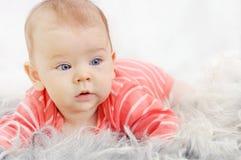 Menina bonito adorável com olhos azuis grandes no sofá Foto de Stock Royalty Free