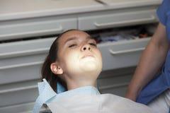 Menina bonito amedrontada no dentista Foto de Stock Royalty Free
