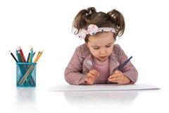 A menina bonito aprende tirar, concep educacional do montessori foto de stock