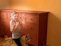 A menina bonito balança no cavalo de balanço Jogos e atos pequenos da menina como a princesa Fotos de Stock Royalty Free