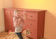 A menina bonito balança no cavalo de balanço Jogos e atos pequenos da menina como a princesa Fotos de Stock