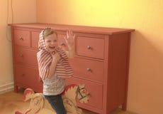A menina bonito balança no cavalo de balanço Jogos e atos pequenos da menina como a princesa Foto de Stock Royalty Free
