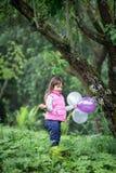 Menina bonito com balões imagens de stock royalty free