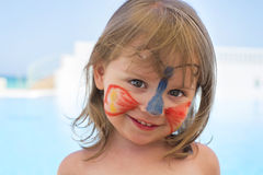 Menina bonito com a borboleta vestindo pintada cara Fotografia de Stock