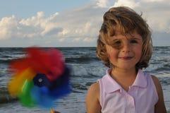 Menina bonito com brinquedo do moinho de vento Imagem de Stock
