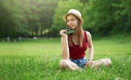 Menina bonito com a câmera no verão da grama Imagem de Stock