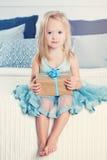 Menina bonito com caixa de presente Criança feliz em casa Fotos de Stock