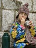 Menina bonito com chá e bolos foto de stock royalty free