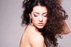 Menina bonito com composição vestindo do cabelo encaracolado - tiro do estúdio fotografia de stock royalty free