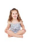 Menina bonito com a criança de três anos que senta-se no assoalho Imagens de Stock Royalty Free