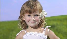 Menina bonito com flor Fotografia de Stock